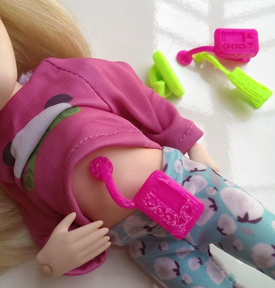 Selbst Insulin kann dieser Puppe gespritzt werden. (Gesehen auf facebook/toylikeme)