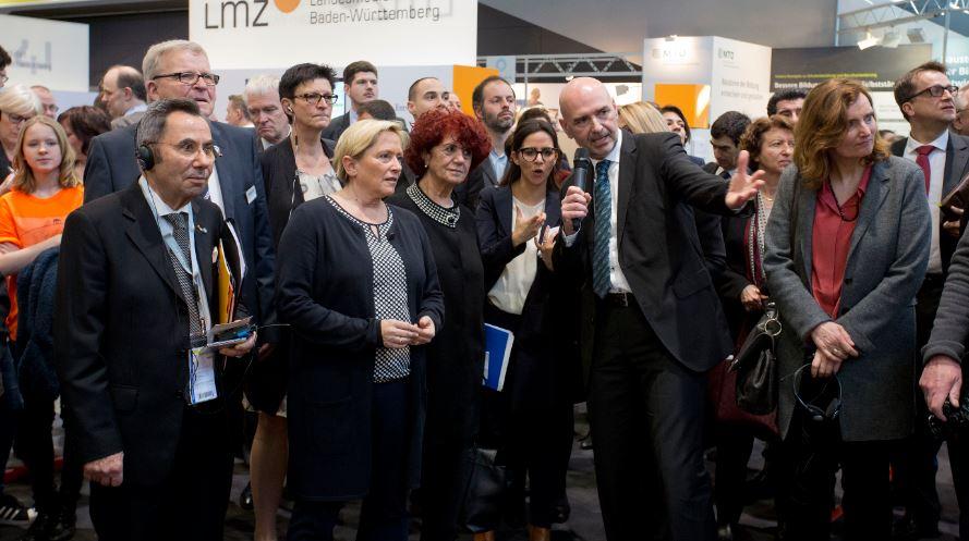 Großer Bahnhof: Baden-Württembergs Kultusministerin Susanne Eisenmann, Präsidentin der KMK, bei ihrem Rundgang. Foto: Messe Stuttgart