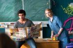 """Im Bild: Ex-Knasti Zeki (Elyas M'Barek, li.) lässt sich auf einen Aushilfsjob als Lehrer und die nervige Referendarin Lisi (Karoline  Herfurth, re.)ein.    Schule ist doof? Nicht im Kino! Wie sonst konnten mit """"Fack ju Göhte"""" und """"Fack ju Göhte 2"""" ausgerechnet zwei Schulkomödien zu den beiden erfolgreichsten Filmen der letzten zehn Jahre werden? Der Auftakt der gefeierten Reihe von Regisseur Bora Dagtekin (""""Türkisch für Anfänger"""") hat sich vor allem Bestnoten für die Besetzung verdient: Neben Grimme-Preisträgerin Karoline Herfurth glänzt Frauenschwarm Elyas M'Barek als cooler Aushilfslehrer, der eigentlich gar keiner ist. Trotzdem kommt er nicht nur bei seinen aufsässigen Teenie-Schülern gut an:  ProSieben zeigt den Publikumshit """"Fack ju Göhte"""" am Sonntag, 9. Oktober 2016, um 20:15 Uhr zum ersten Mal im Free-TV.    Foto: © 2013 CONSTANTIN FILM VERLEIH Dieses Bild darf bis 9. Oktober 2016 honorarfrei fuer redaktionelle Zwecke und nur im Rahmen der Programmankuendigung verwendet werden. Spaetere Veroeffentlichungen sind nur nach Ruecksprache und ausdruecklicher Genehmigung der ProSiebenSat1 TV Deutschland GmbH moeglich. Verwendung nur mit vollstaendigem Copyrightvermerk. Das Foto darf nicht veraendert, bearbeitet und nur im Ganzen verwendet werden. Nicht für EPG, Twitter, Facebook, ect.! Es darf nicht archiviert werden. Es darf nicht an Dritte weitergeleitet werden. Bei Fragen: 089/9507-1193. Voraussetzung fuer die Verwendung dieser Programmdaten ist die Zustimmung zu den Allgemeinen Geschaeftsbedingungen der Presselounges der Sender der ProSiebenSat.1 Media SE. Weiterer Text über ots und www.presseportal.de/nr/25171 / Die Verwendung dieses Bildes ist für redaktionelle Zwecke honorarfrei. Veröffentlichung bitte unter Quellenangabe: """"obs/ProSieben Television GmbH"""""""