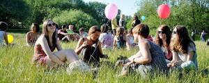 Nichts zu tun? Hier Jugendliche bei einem Festival. ( Foto: Moritz Piehler/Flickr CC BY 2.0)