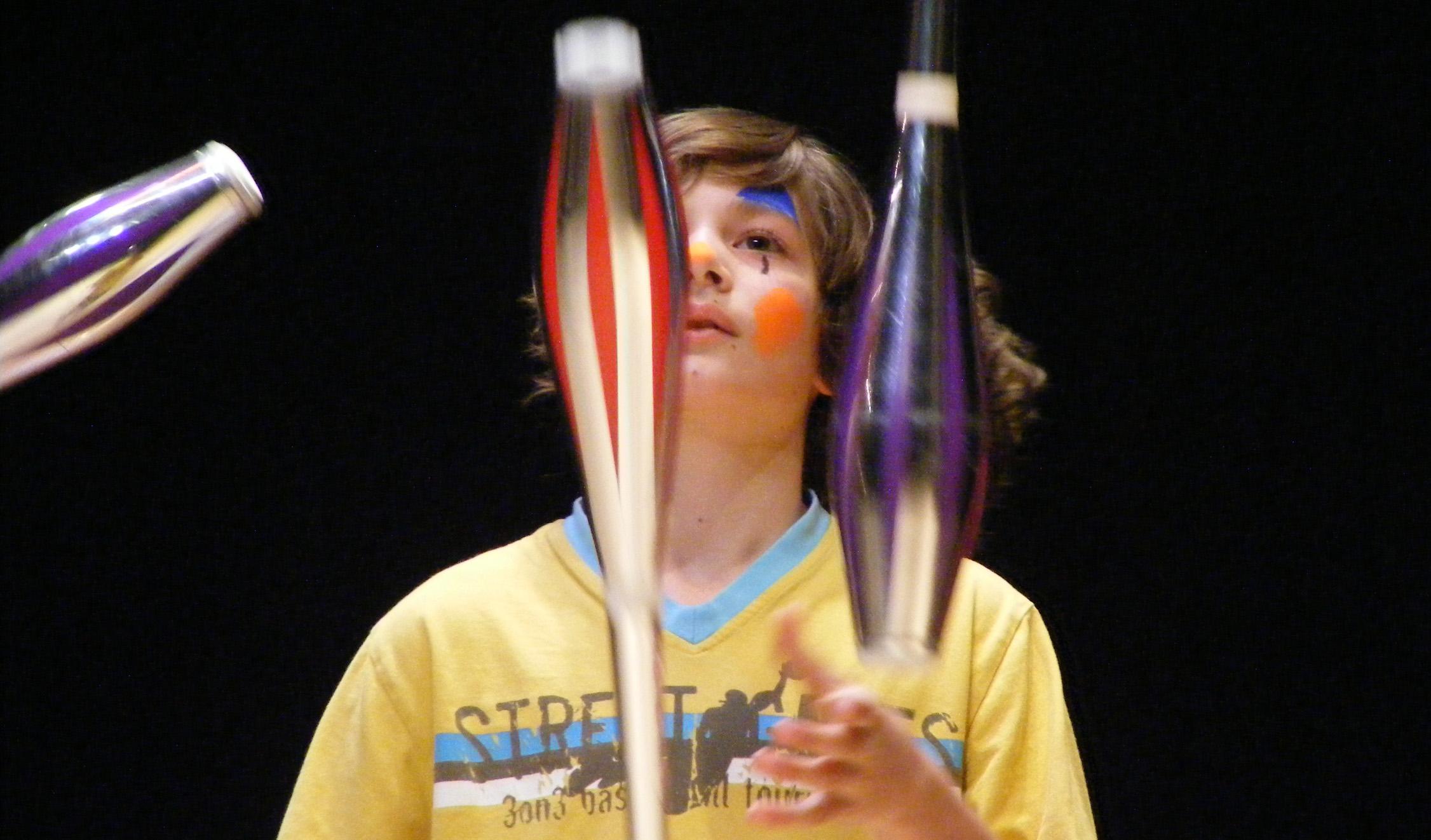 jonglierender Junge