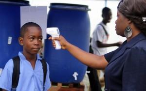 Fieber messen und Hände waschen ist in allen Schulen in Liberia seit der Ebola Epidemie Pflicht. (Foto:SOS-Kinderdörfer weltweit/Nurudeen Sanni)