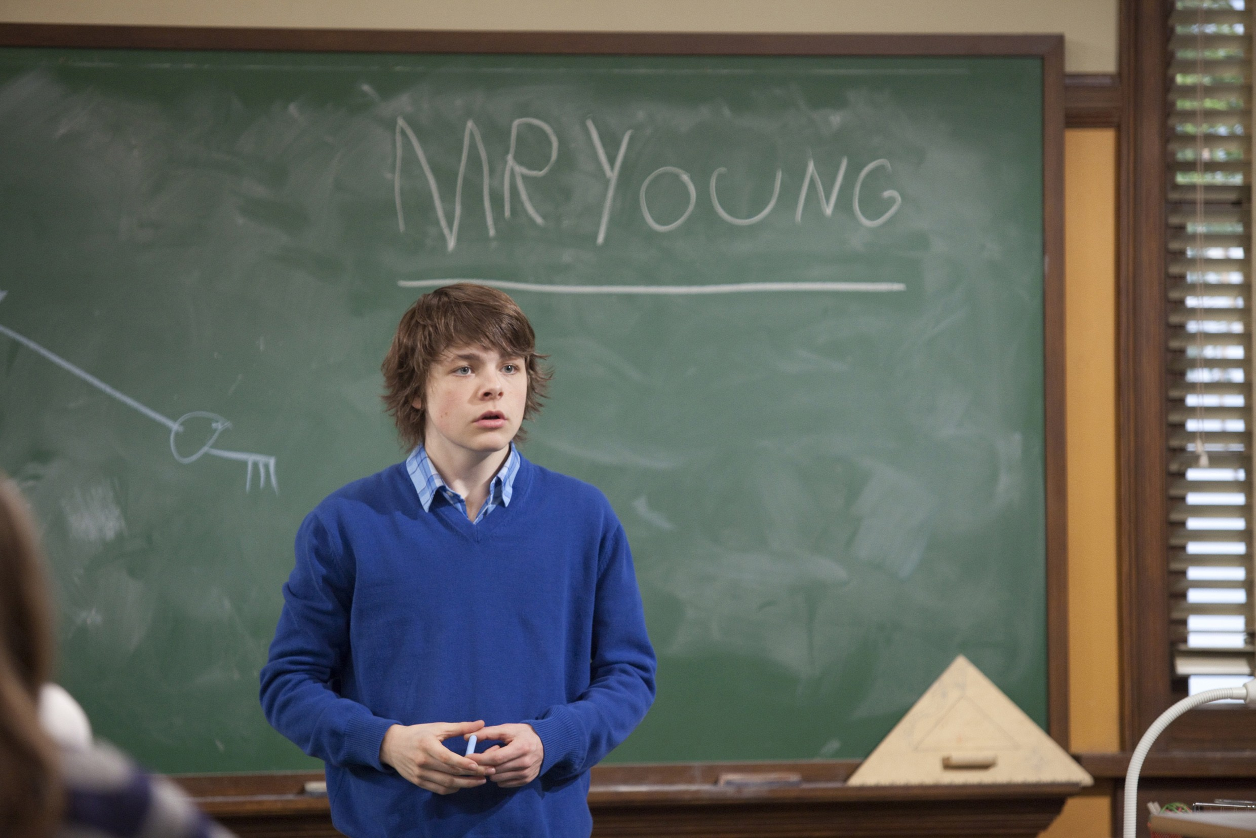 Mr. Young (Brendan Meyer) stellt sich der Klasse vor. (Bild: KiKA/Chorus Entertainment Inc.)