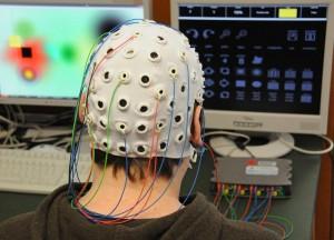 Zwei Bildschirme, ein Rechner, eine Gehirn-Computer-Schnittstelle: Mehr ist nicht nötig, um nur mit der Kraft seiner Gedanken am Computer ein Bild zu malen. Foto: Robert Emmerich