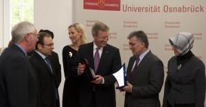 Bundespräsident Christian Wulff zeigt dem türkischen Staatspräsidenten Abdullah Gül seine ehemalige Universität in Osnabrück (Foto: Universität Osnabrück)