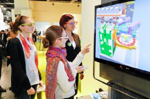 """Anbieter digitaler Medien - wie die Hersteller von elektronischen Whiteboards - prägen das Bild auf der """"didacta"""". Foto: Koelnmesse Bilddatenbank"""