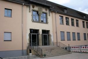 Der Reichsadler ist schon wieder fast wie neu: Die Brüder-Grimm-Schule in Künzelsau während des Umbaus. Foto: Brüder-Grimm-Schule