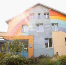 """Farbenfrohe Fassade: Im """"Regenbogenland"""" ist vieles anders, als man es vielleicht erwartet.  (Foto: Alex Büttner)"""