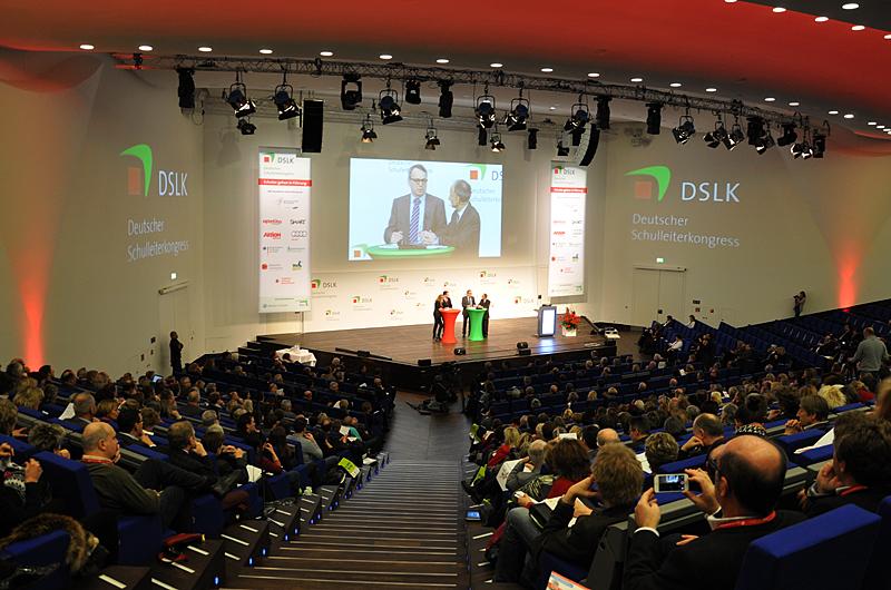 Voll besetzte Ränge: Publikum und  Bühne des Deutschen Schulleiterkongresses. Foto: Schnabel