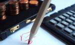 Geldkoffer, Taschenrechner und Rotstift