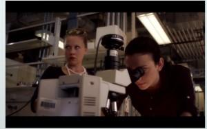 Szene aus dem Trailer zur Serie, in der Mädchen darum kämpfen, Wissenschaftlerinnen zu werden. (Bild: Screenshot http://www.sturm-des-wissens.de/gucken/trailer/)