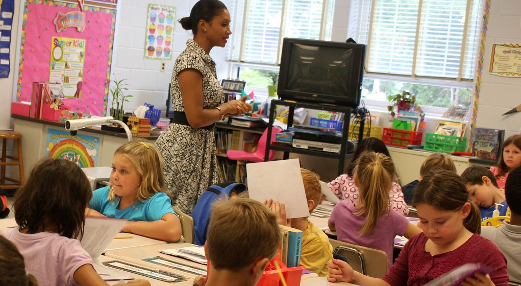 Lehrerinnen und Lehrern haben eine gesellschaftlich sehr wichtige Funktion - darauf macht der Weltlehrertag u.a. auch aufmerksam. (Foto Wondleywonderworks/Flickr CC BY 2.0)