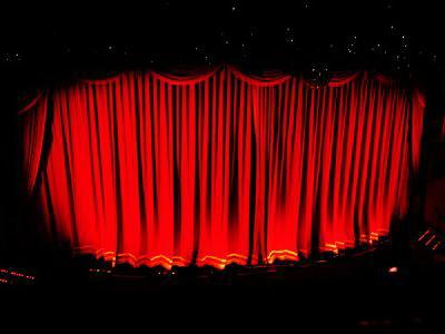 Ins Theater gehen eher ältere Menschen. (Foto: ORANGEMINE  / pixelio.de)