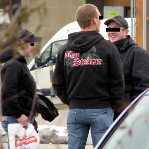 """In einigen Schulen mehrerer Bundesländer ist Kleidung der Marke """"Thor Steinar"""" bereits verboten; Foto: Autonome Antifa Freiburg (CC BY-NC-SA 2.0)"""