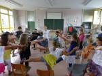 """Und jetzt bitte mal Alle das Bein im rechten Winkel heben! Die Unterrichtsmethode """"Lernen durch die Künste"""" mag manch Einem ungewöhnlich vorkommen. Aber sie ist erfolgreich. (Foto: Petra Weingart)"""