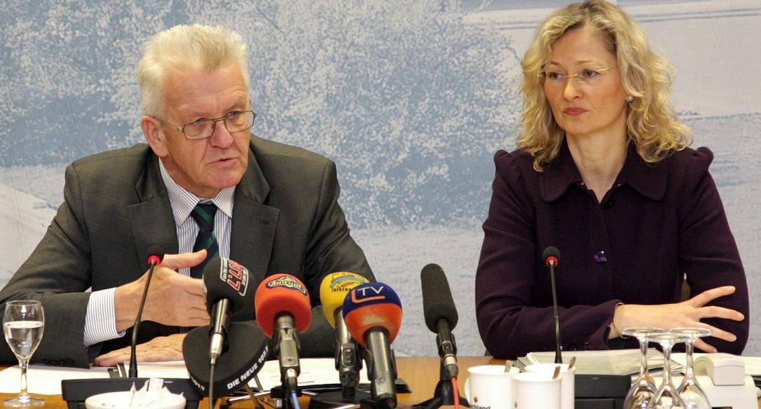 Ein eher seltenes Bild: Ministerpräsident Winfried Kretschmann (Grüne) und Kultusministerin Gabriele Warminski-Leitheußer (SPD) bei einer gemeinsamen Pressekonferenz. Foto: Staatsministerium Baden-Württemberg
