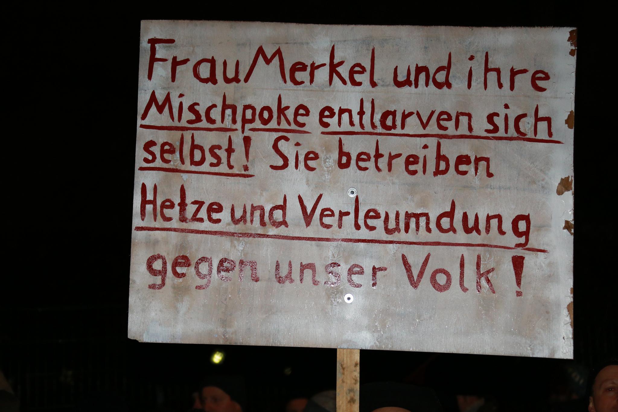 """""""Mischpoke"""": Schild eines Demonstranten auf einer Pegida-Veranstaltung am 5. Januar in Dresden. Foto: Metropolico / flickr (CC BY-SA 2.0)"""