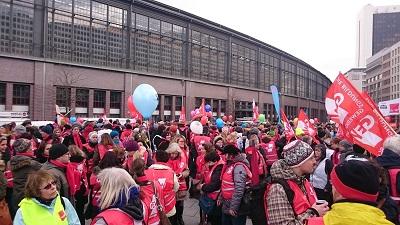 Die streikenden Pädagogen versammelten sich in Berlin zur Kundgebung auf dem Dorothea-Schlegel-Platz. Foto: GEW Berlin