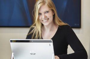 Die Bildungsjournalistin Laura Millmann. Foto: Tina Umlauf
