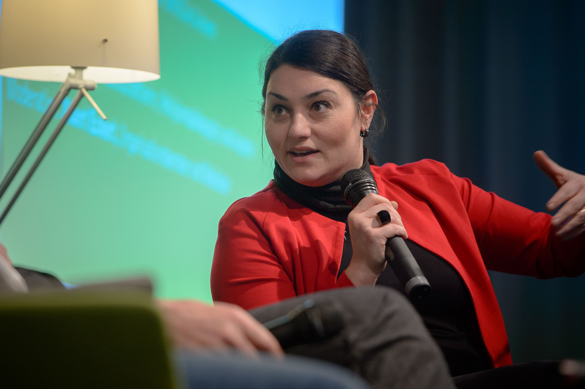 Die islamische Religionslehrerin Lamya Kaddor in einer Talkrunde der Heinrich-Böll-Stiftung. Foto: Heinrich-Böll-Stiftung / flickr (CC BY-SA 2.0)
