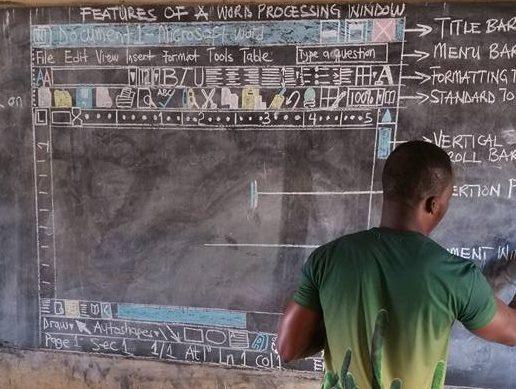 So geht's doch auch: Owsura Kwadwo erklärt seinen Schülern Word - an der Tafel. Foto: Facebook