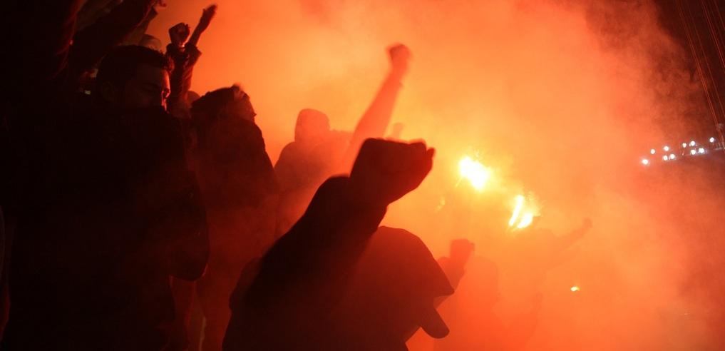 """""""Akzeptieren, dass beim Fussball Emotionen ausgelebt und vorgeführt werden können"""": Fans mit verbotenen Fackeln im Stadion. Foto: funky1opti / Flickr (CC BY 2.0)"""