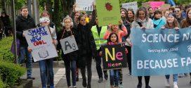 """Auch Schüler gingen beim """"march for science"""" mit. Foto: Science March Frankfurt"""