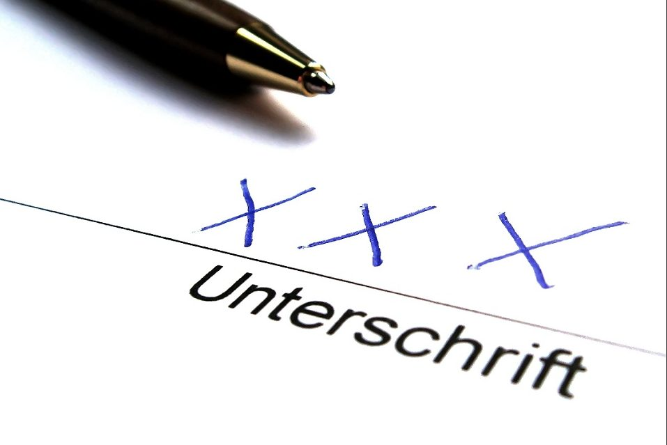 Unterschrift in Form von drei Kreuzen - Häufig brauche es einen hohen Leidensdruck und Hilfe von Freunden oder Familie, bis ein Analphabet sein Problem angehe. Foto: berwis / pixelio.de