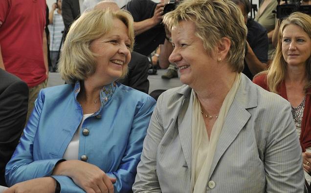Freuen sich über diemit der CDU erzielte Einigung: Ministerpräsidentin Hannelore Kraft (links) und Schulministerin Sylvia Löhrmann (Grüne). Foto: Grüne NRW / Flickr (CC BY-SA 2.0)