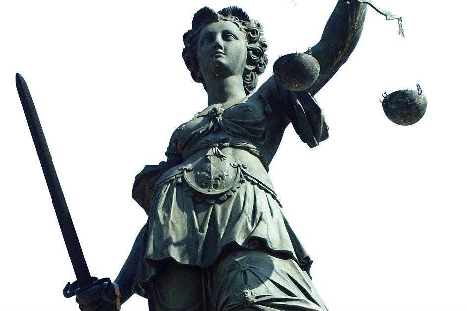 Die Staatsanwaltschaft hat Strafbefehle gegen den Schulleiter und den Chemielehrer beantragt, aus dessen Unterricht das Brom gestohlen worden war. Foto: Carlo Schrodt / pixelio.de