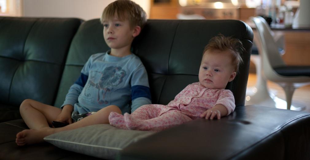länger Kinder in jungen Jahren vor dem Fernseher sitzen, desto dicker sind sie am Ende der Grundschulzeit. Foto: Lars Plougmann / Flickr (CC BY-SA 2.0)