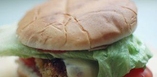 Was hat Fast Food mit der Schule zu tun? Tatsächlich - nichts. Foto: Corinna Dumat / pixelio.de