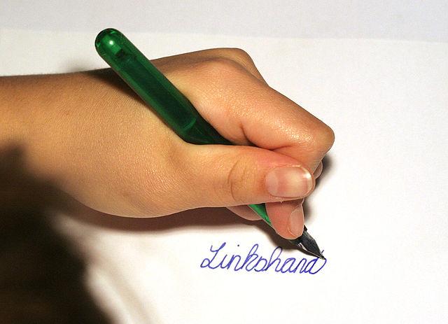 Linkshänder, die mit rechts schreiben haben ein Wirrwarr im Kopf. (Foto: Armin Kübelbeck/Wikimedia CC BY-SA 3.0)