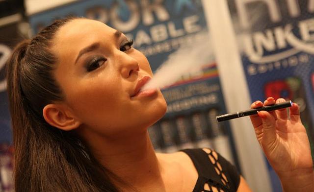 """Qualmt fast wie eine """"echte"""": E-Zigarette im Einsatz. Foto: planetc1 / flickr (CC BY-SA 2.0)"""