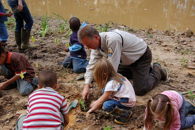 Eine Garten anlegen, wie hier die Kinder einer Nordamerikanischen Schule, kann zum Ganztagsprogramm dazugehören. (Foto: U.S. Fish and Wildlife Service CC BY 2.0)