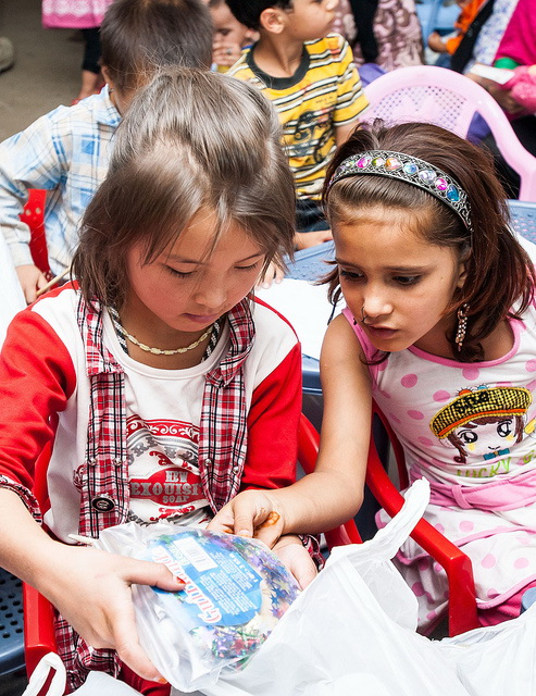 Kinder - im Bild afghanische Mädchen - sind vom ersten Tag an in Deutschland schulpflichtig. (Foto: isafmedia/Flickr CC BY 2.0)