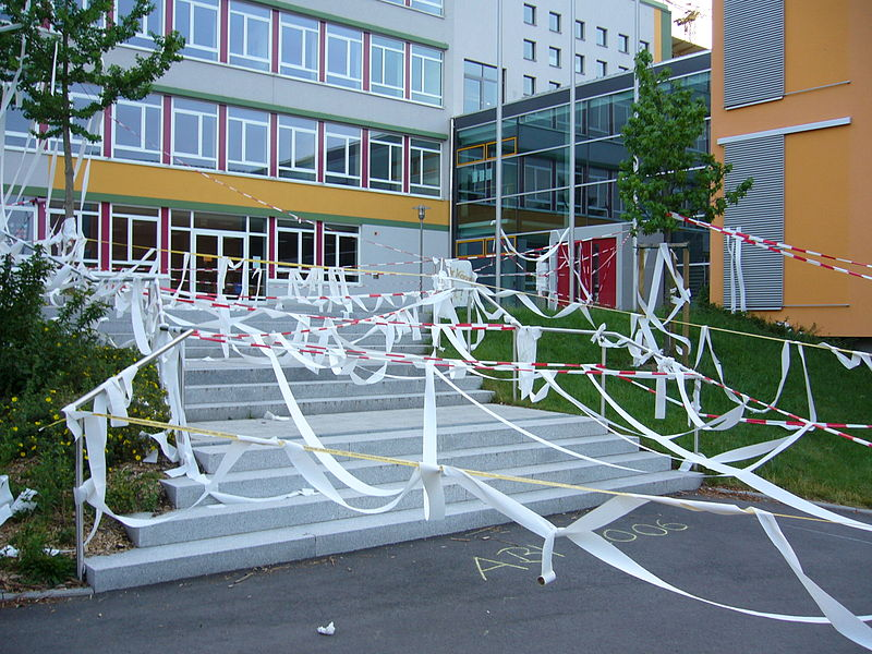 Im Saarbrückener Gymnasium am Schloss griffen die Abiturienten auf den bewährten Luftballonstreich zurück. (Foto: dertester/Wikimedia, CC BY-SA 3.0)