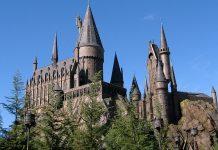 Vorbildlich - aus Sicht der bayerischen Schülervertreter. die Zauberschule Hogwarts (hier im Freizeitpark des Filmkonzerns Universal in Orlando / Florida). Foto: Carlos Cruz / Wikimedia (CC BY-SA 3.0) Commons