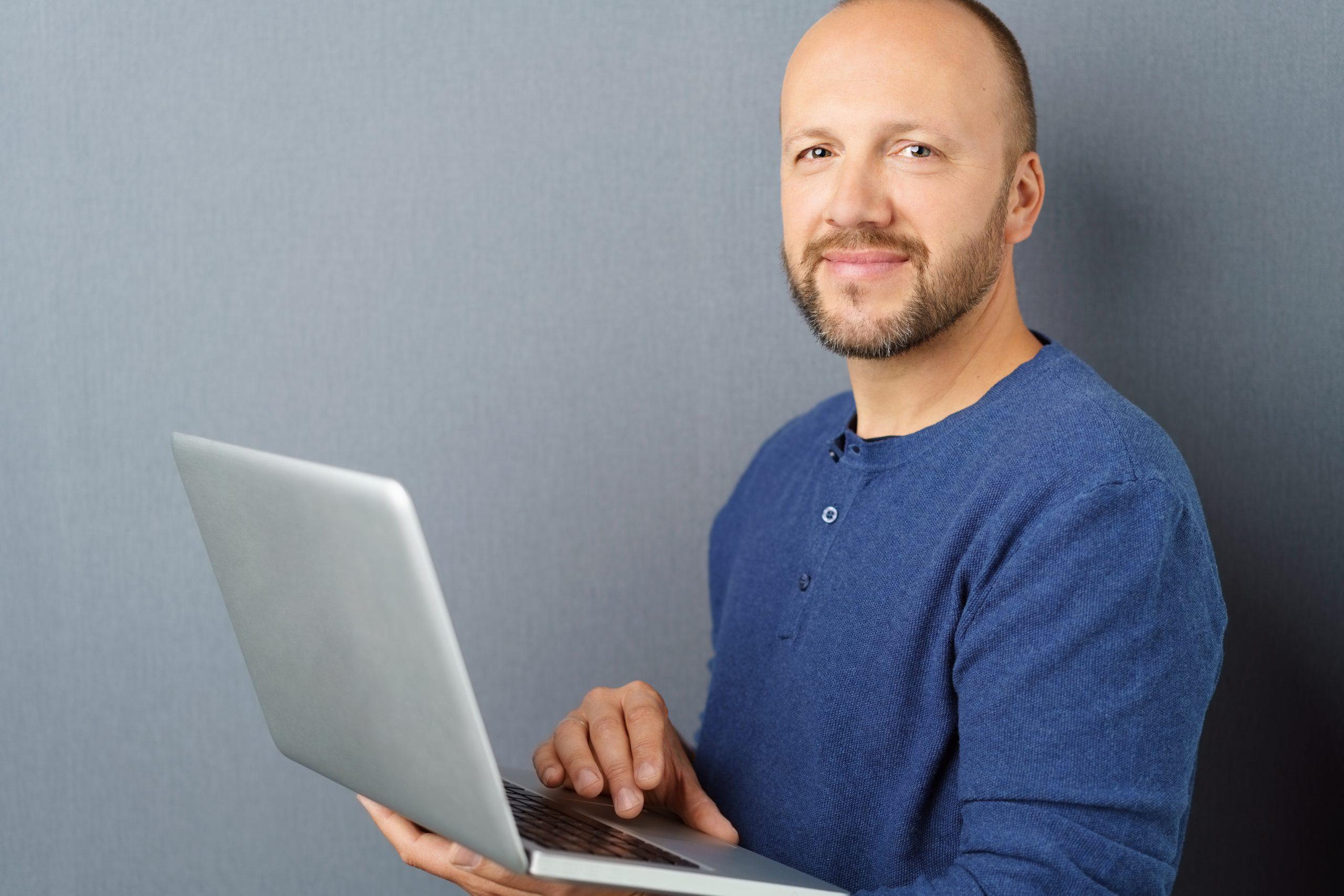 Lächelnder Lehrer Laptop
