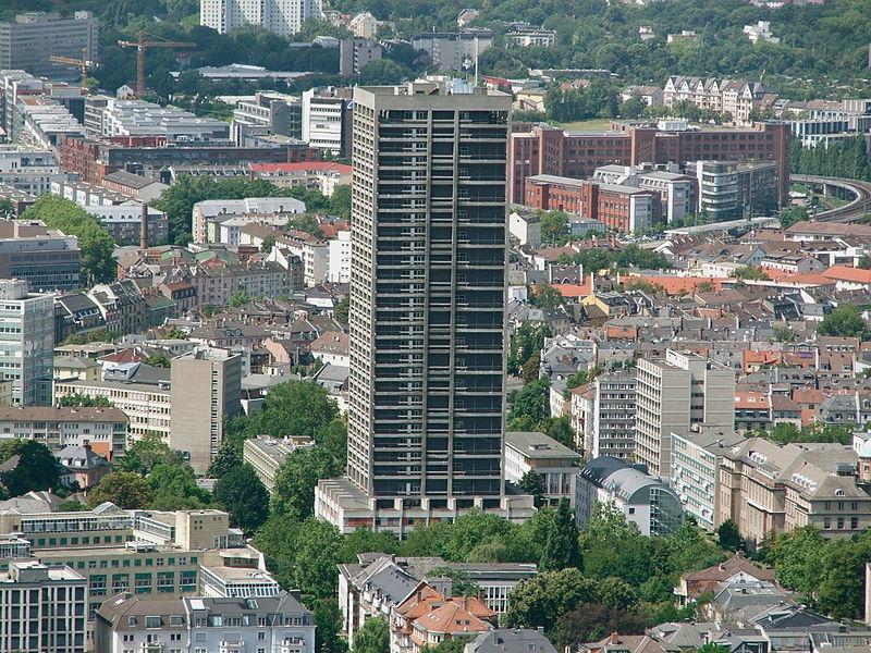 War zeitweilig mal das höchste Gebäude der Stadt: der AfE-Turm der Uni Frankfurt. Foto: Jossejonatan / Wikimedia Commons (CC BY-SA 3.0)