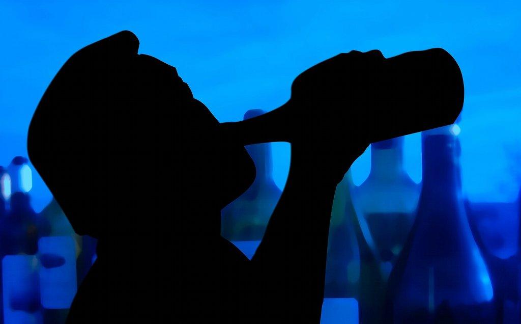 Der Alkoholkonsum Jugendlicher ist rückläufig, dennoch scheint es nicht so, dass Alkoholprobleme mit der kommenden Generationen aussterben. Foto: geralt / pixabay (CC0 Public Domain)