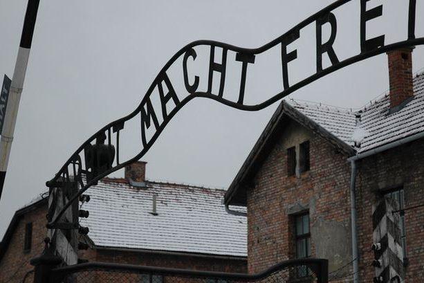 """""""Arbeit macht frei"""": Eingangstor des KZ Auschwitz mit dem zynischen Spruch. Foto: Jochen Zimmermann / Wikimedia Commons (CC BY 2.0)"""