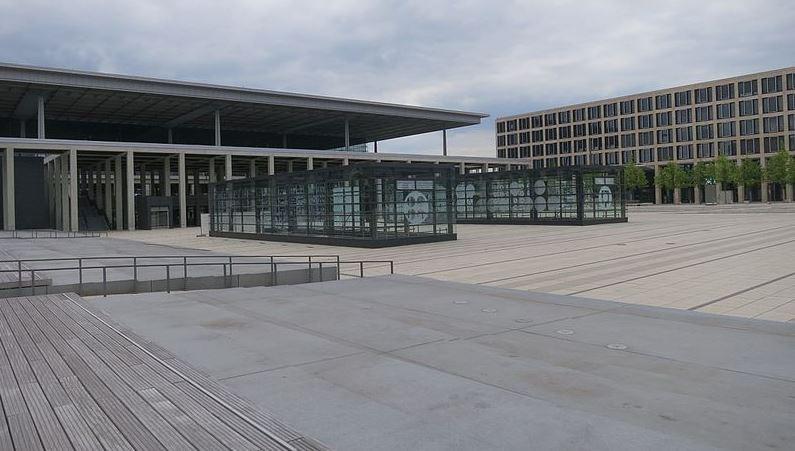 HIer müsste dem Schulbuch zufolge ordentlich Betrieb herrschen: der Vorplatz des BER (Aufnahme vom Juni 2015). Foto: Global Fish / Wikimedia Commons (CC BY-SA 4.0)