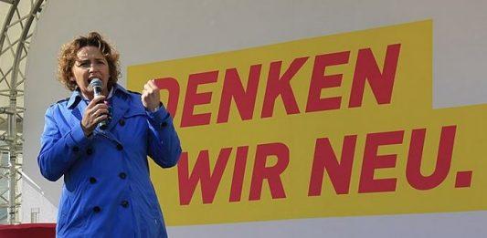 """""""Leistung muss sich lohnen - auch für Lehrer"""": FDP-Generalsekretärin Nicola Beer auf einer Wahlkampfveranstaltung. Foto: Viet-Hoang Nguyen / Wikimedia Commons (CC BY-SA 3.0 DE)"""