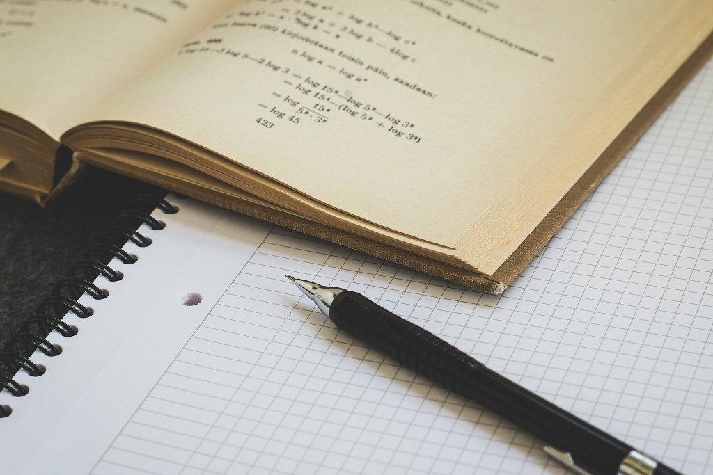 Kindern aus bildungsfernen Familien fallen Transferleistungen vom Alltag in das fachliche Denken und Arbeiten der Schule statistisch gesehen schwerer als Kindern aus bildungsnahen Familien. LUM3N / pixabay (CC0)