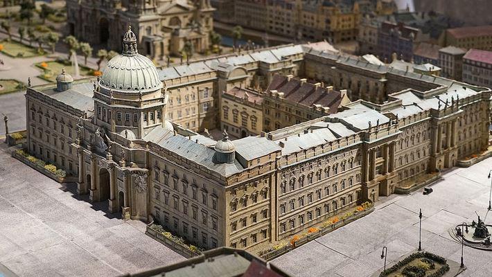 So ähnlich wie dieses Modell soll das neue alte Berliner Schloss in Zukunft aussehen. Foto: Jean-Pierre Dalbéra / flickr (CC BY 2.0)
