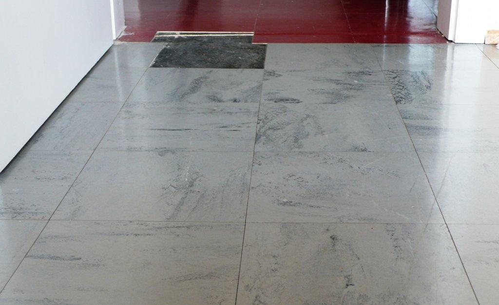 Zu viel Kleber, falsch gemischt oder falsch gelüftet? Der zum Fußbodenverlegen bentzte Klebstoff hat bei mehreren Schülern und Betruern Atmereizungen verursacht. Foto: Tim Ebert (tebert) / Wikimedia Commons (CC BY-SA 3.0)