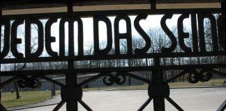 Zynischer Spruch am Eingang des Konzentrationslagers Buchenwald. Foto: Motorfix / Wikipedia Commons (CC BY-SA 3.0)