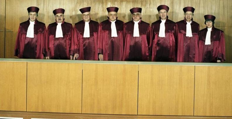 Das Bundesverfassungsgericht in Karlsruhe - hier ein Foto von 1989 mit dem späteren Bundespräsidenten Roman Herzog (4. v. l.) - muss nun über die Beamtenbesoldung in Niedersachsen entscheiden. Foto: Bundesarchiv / Wikimedia Commons (CC BY-SA 3.0)