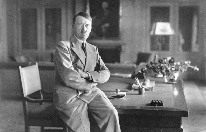 """""""Nicht nur Schwarz und Weiß"""": Hitler in seinem Arbeitszimmer auf dem Obersalzberg 1936. Foto: Bundesarchiv/Wikimedia Commons"""